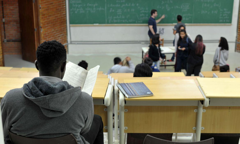 Estudantes com Fies podem suspender pagamentos até fim da pandemia