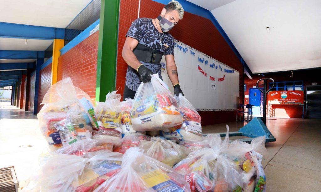 Governo do Tocantins entrega kits de alimentos para escolas estaduais da Capital
