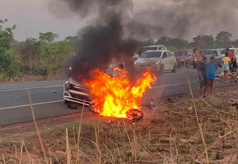 Mulher morre e filha fica ferida após moto ser atingida por carro e pegar fogo na TO-222