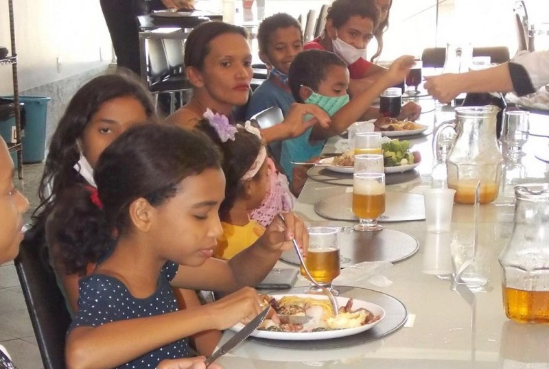 ONG Meninas de Deus leva 40 crianças para almoçar em restaurante em Palmas
