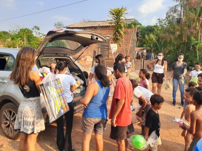Escola Raio de Sol distribui brinquedos arrecadados no 'Drive Thru Encantado'