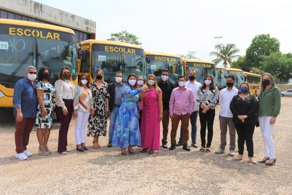 Governo do Tocantins entrega ônibus escolares a 13 Regionais de Educação no Dia do Servidor Público