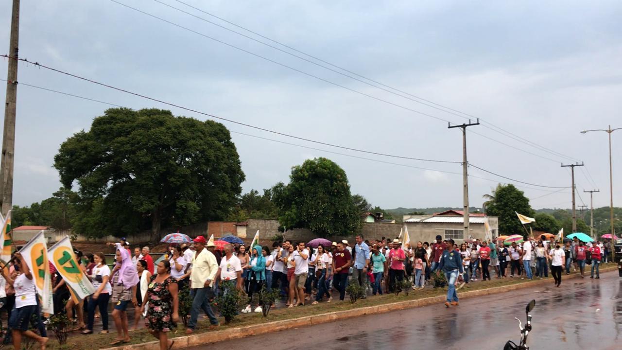 Povo de Monte Santo enfrenta chuva e caminha ao lado da candidata a prefeita, enfermeira Nezita