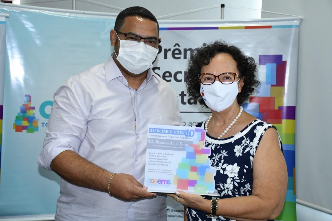 Secretária de Saúde de Pium, Neila Aparecida recebe Prêmio Secretário Nota 10 do COSEMS