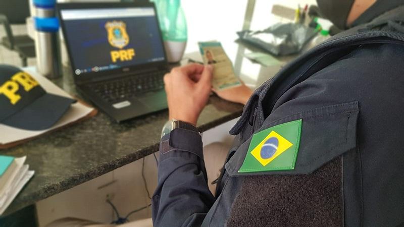 Homem é preso pela PRF por apresentar CNH falsa, em Guaraí