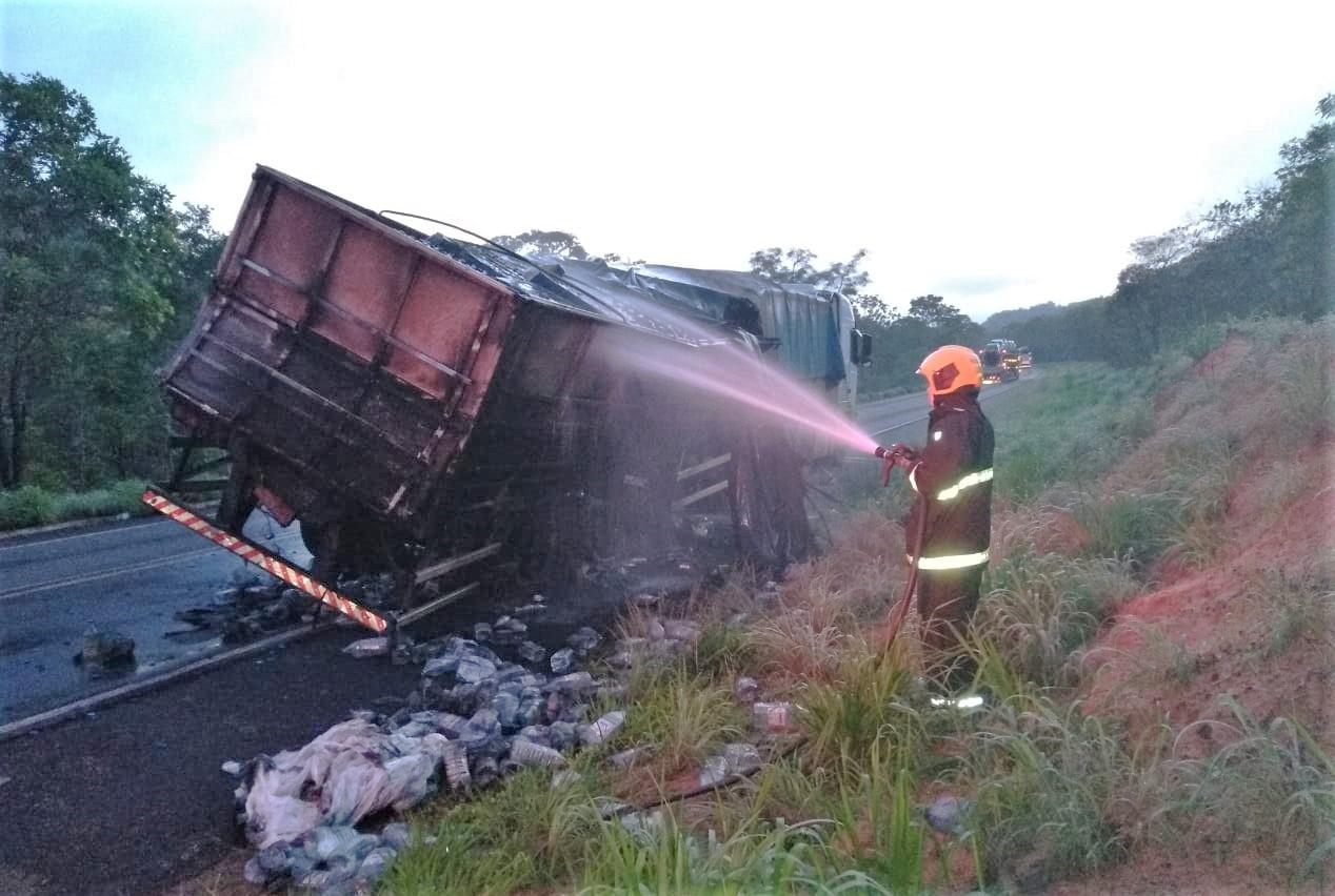 Ação dos bombeiros militares impede que fogo destrua caminhão na BR-153, em Darcinópolis