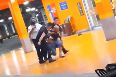 Homem negro é morto por espancamento no supermercado Carrefour, em Porto Alegre – RS
