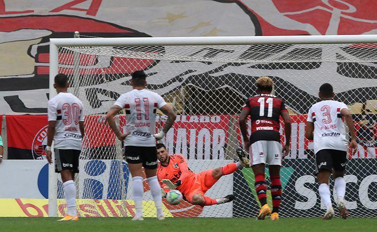 São Paulo goleia Flamengo no Maracanã e goleiro tricolor é destaque na partida