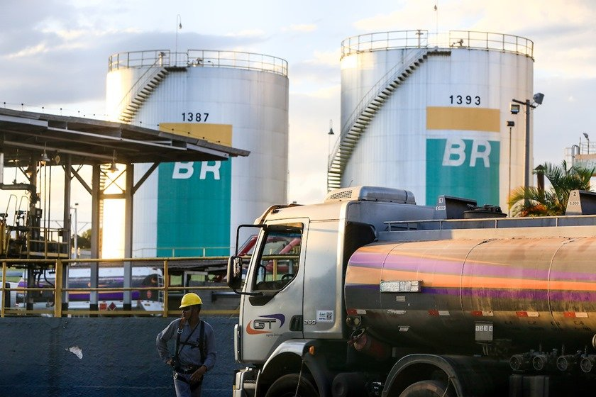 Petrobras aumenta preço da gasolina em 5,05%; diesel sobe 4,4%