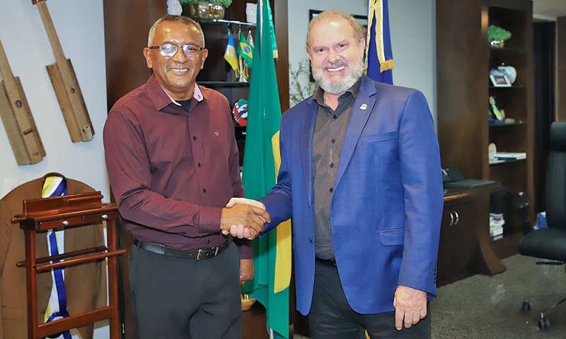 Governador Mauro Carlesse homenageia subtenente da PM que serviu por 22 anos no Palácio Araguaia