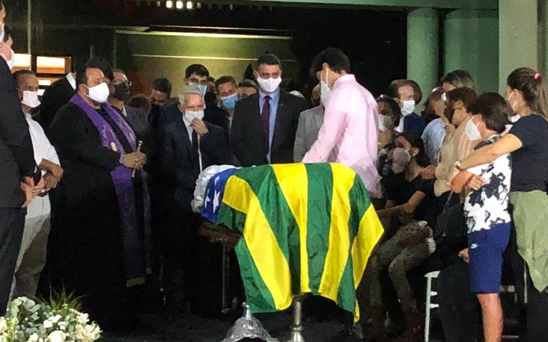 Corpo de Maguito Vilela é velado com caixão aberto, missa e drive-thru em Goiânia