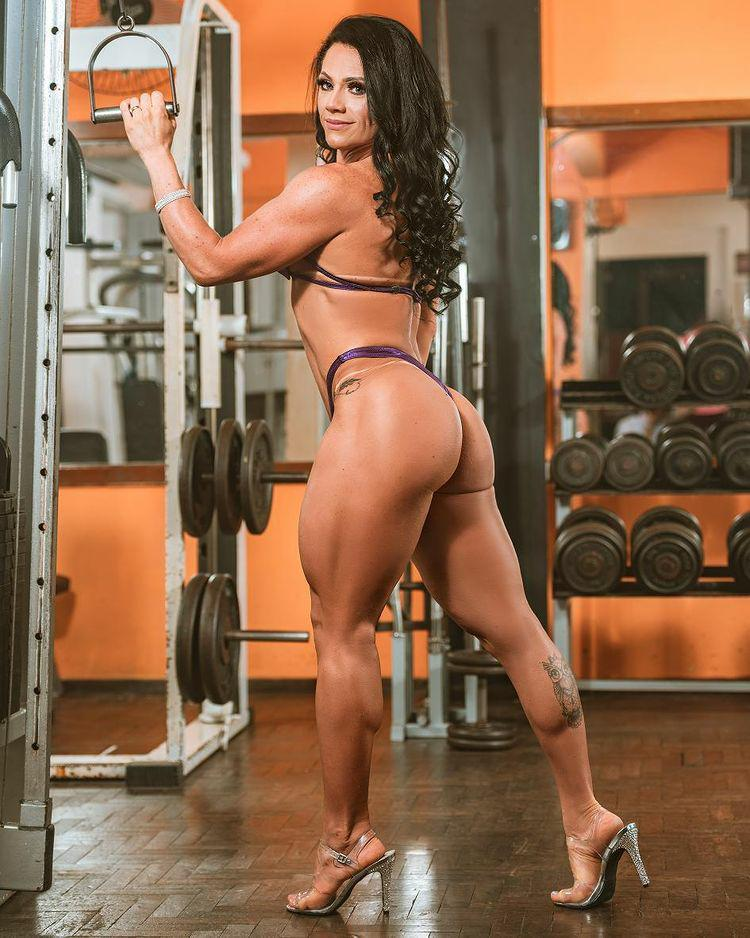 Musa e atleta fitness Luci Padilha faz sucesso com shape perfeito
