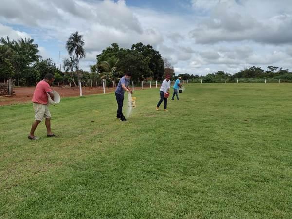 Prefeitura de Pium realiza manutenção do gramado do campo da vila Café da Roça