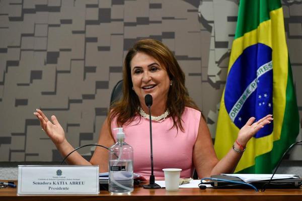 Kátia Abreu busca apoio da União Europeia por mais vacinas para o Brasil