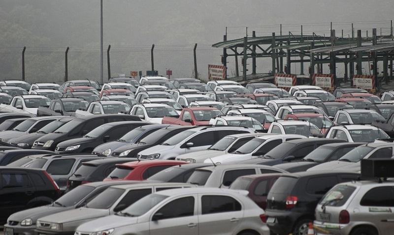 Emplacamento de automóveis e de veículos leves tem queda de 17,85%