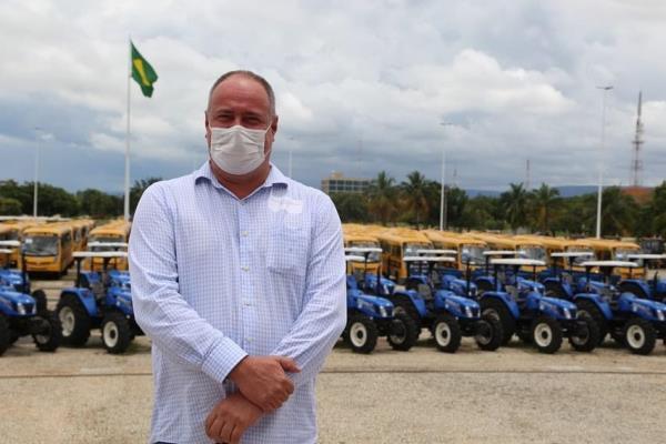 Prefeito Flávio Rodrigues recebe novo trator adquirido para Divinópolis do Tocantins