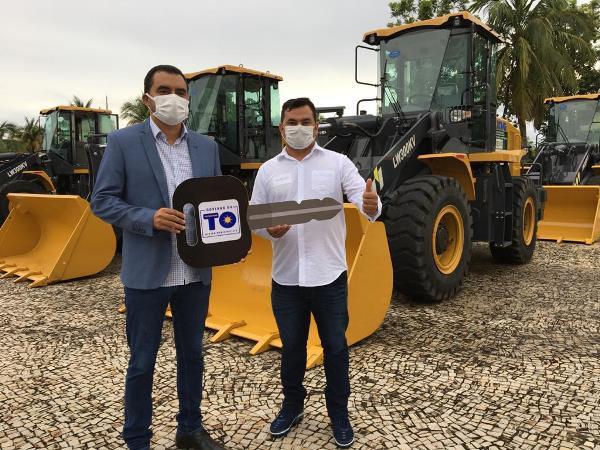 Prefeito Moacir Oliveira recebe chaves de nova pá carregadeira adquirida para Rio dos Bois