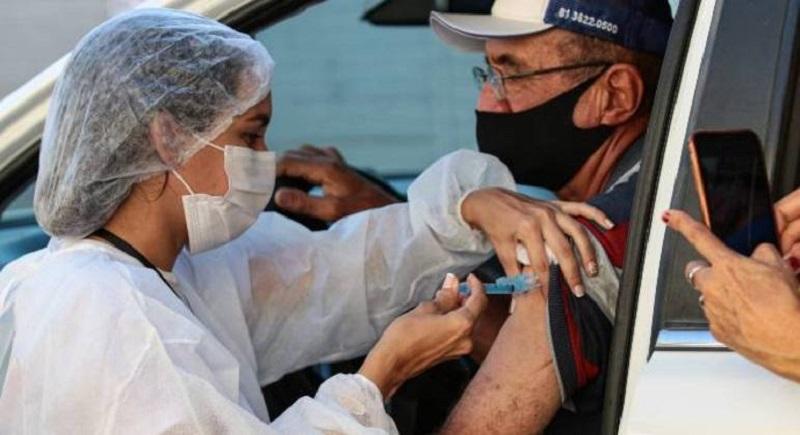 Por que profissionais da saúde não usam luvas para aplicar vacinas?