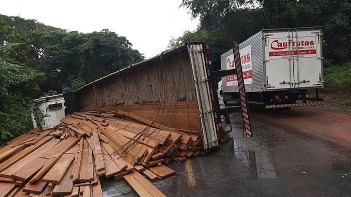 Caminhão tomba e BR-153 fica interditada por horas entre Aliança e Gurupi