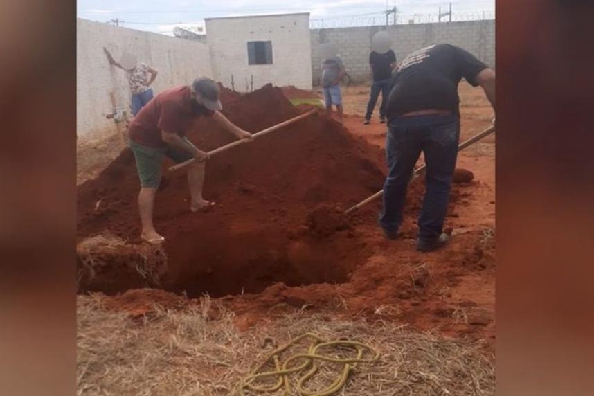 Coveiro é flagrado de bermuda e chinelo ao sepultar vítima de Covid em Campinorte GO