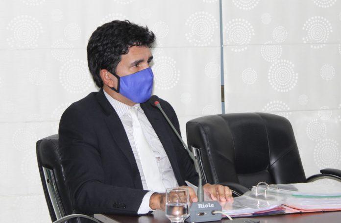 Prof. Júnior Geo pede empenho na vacinação de assistentes sociais, policiais e educadores