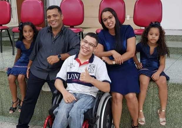 Jovem com paralisia cerebral pede doações após pai morrer de Covid no Rio