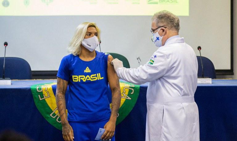 Atletas olímpicos e paralímpicos brasileiros são vacinados contra a Covid-19