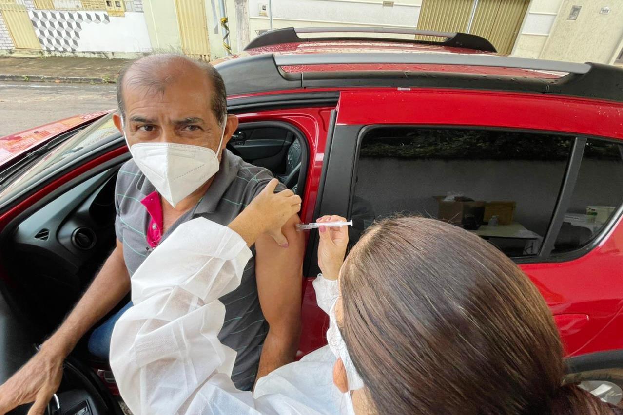 Idosos acima de 60 anos recebem vacina contra à Covid-19 em Paraíso TO