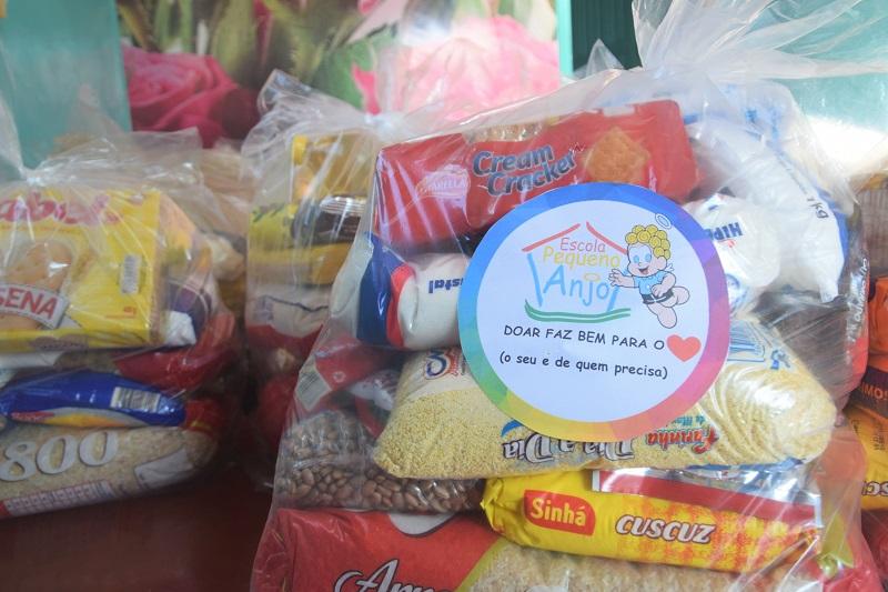 Escola Pequeno Anjo entrega cestas básicas a comunidades carentes de Paraíso