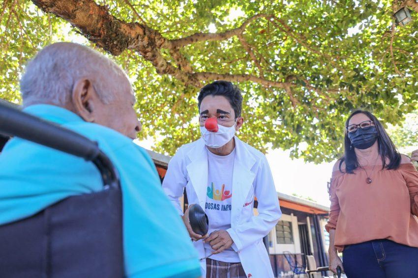 Doutor da Alegria leva descontração para idosos de Gurupi no dia dos avós