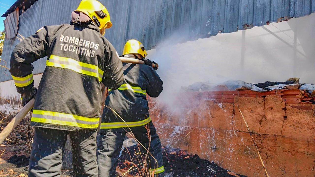 Bombeiros são acionados para combater incêndio em depósito de farelo de borracha, em Araguaína