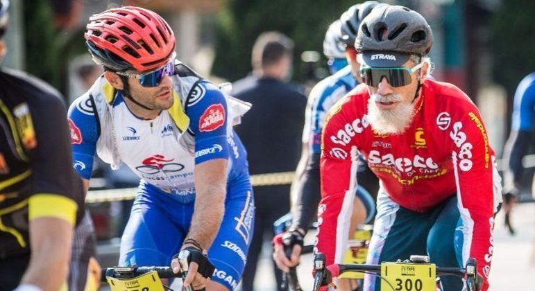 Atual melhor ciclista brasileiro compete disfarçado de idoso