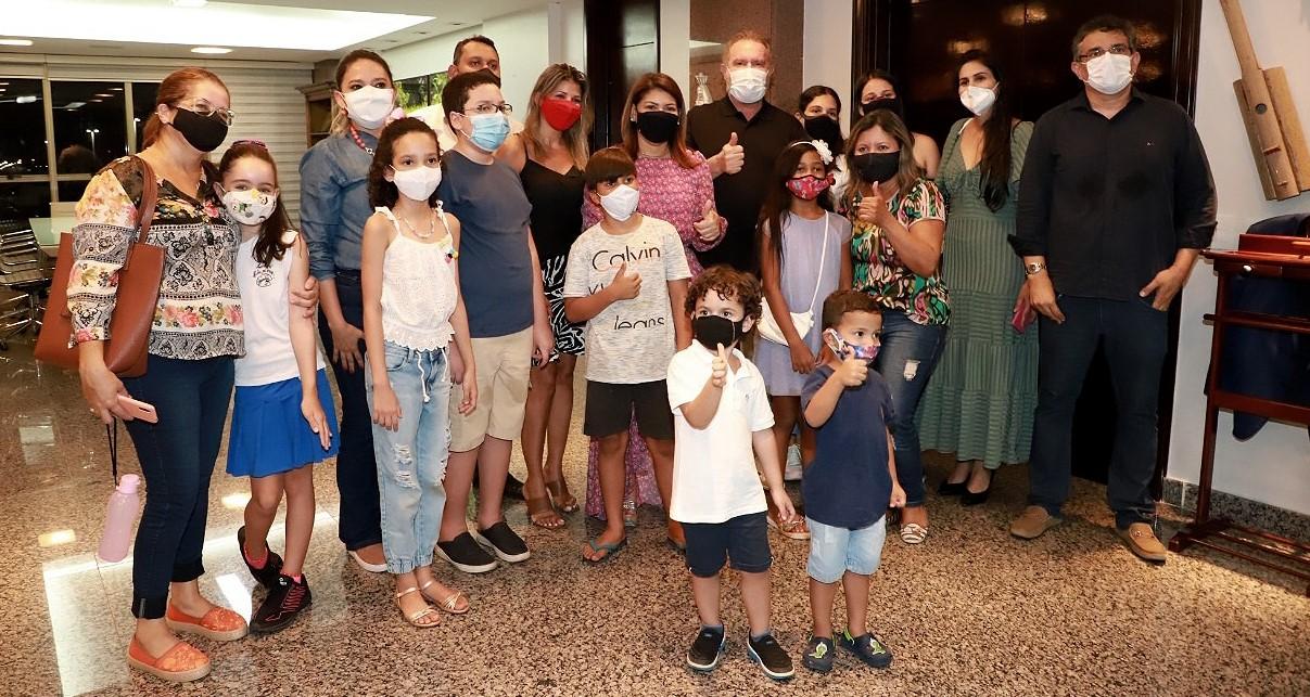 Governo do Tocantins reúne crianças para comemorar o Dia da Árvore com plantio de mudas no Palácio Araguaia