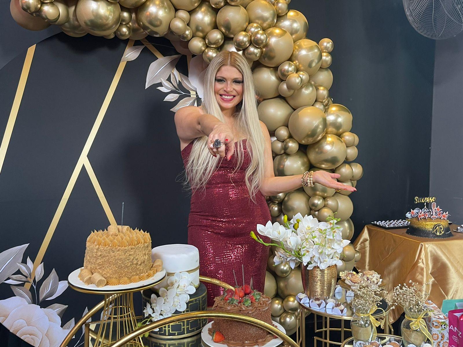 Cantora Adryana Ribeiro celebra aniversário em show, rodeada de amigos famosos e namorado