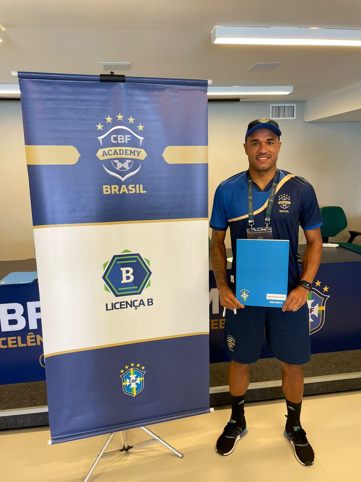 Antes de pré-temporada do Athletic Club, Roger Silva dá mais um importante passo na carreira de técnico e conclui Licença B da CBF Academy