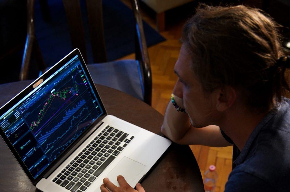 Un expert réalisant une investigation numérique avec deux ordi