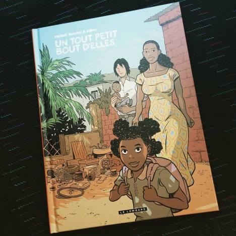 #BDduJour : Un petit bout d'elles, Zidrou & Beuchot, @LeLombard Pour ce 3ème volet de leur trilogie africaine, les auteurs s'empare du thème de l'excision qui mutile des millions de femmes en Afrique. Comme à son habitude, Zidrou traite le sujet avec beaucoup de pudeur et d'humanité sans porter de jugement sans appel. Il met en évidence la difficulté d'enrayer le phénomène et de la dimension culturelle qu'il a pu revêtir. En seconde lecture, l'album traite aussi de l'exploitation chinoise du continent après le départ des européens. Le tout avec beaucoup de lucidité et de respect pour les populations locales. Le dessin de Beuchot reste simple à lire et est purement illustratif. Il n'a rien d'exceptionnel mais le fond de l'histoire n'en a que plus d'impact. Même si l'album n'a pas vocation à apprendre du nouveau sur le sujet, il est en mesure de sensibiliser des lecteurs sur son propos.