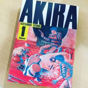 Actu manga : Akira, la nouvelle édition chez Glénat. Avec quelques mois de retard, l'édition définitive du chef - d'oeuvre de Katsuhiro Otomo est enfin disponible toujours aux éditions Glénat. Et l'attente valait la peine. L'éditeur nous propose une édition grand format, sens de lecture original avec une maquette qui rend totalement hommage à l'oeuvre manga icône des années 80 calquée sur l'édition originale. Une édition indispensable pour cette oeuvre incontournable qui je l'espère saura conquérir un nouveau lectorat pour l'occasion.