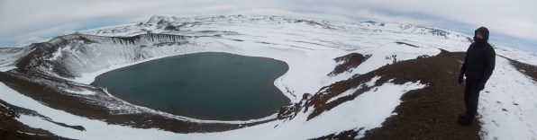 Volcan Krafla sous la neige et son lac bleu souffre, Islande, septembre 2012