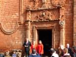Devant le porton monumental de l'église