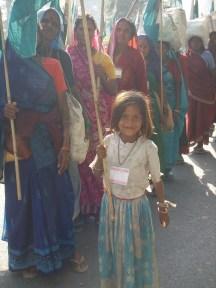 """Une petite fille participe à """"Janadesh 2007"""", grande marche non-violente de paysans sans-terre"""