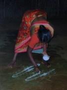 Susila dessine un « kolam » devant la porte de la maison, avant le lever du jour