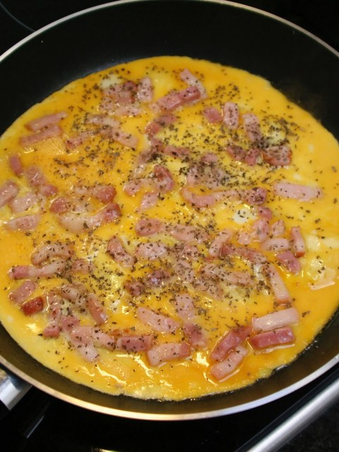 omelet with bacon strips