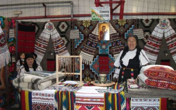 Olivia Tima (dreapta) reprezintă comuna Sălciua la o expoziţie etnografică. Foto: Antrec Alba