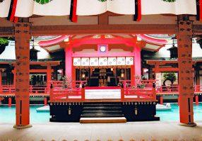 赤間神宮の本殿舞台。先帝祭で法住寺ご一族の奉納イベントが行われた。