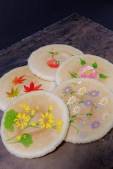季節毎の花々を描いた「清風せんべい」