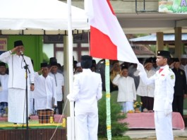 Sekretaris Daerah (Sekda) Provinsi Kepulauan Riau H TS Arif Fadilllah menjadi Inspektur Upacara Peringatan Hari Santri Nasional Tahun 2019 di MTRSN Dabo Singkep, Kabupaten Lingga, Selasa (22/10/2019).