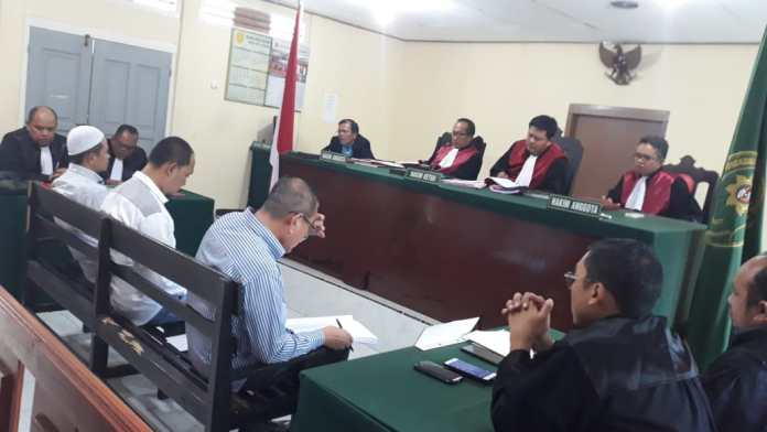 Jaksa penuntut umum Dodi Gazali Emil dan Sukamto memncakan surat dakwaan tiga terdakwa Aripin Nasir, Yunus dan M Yazser dalam sidang di Pengadilan Negeri Tipikor Tanjungpinang (Foto: Suryakepri.com/MBA)