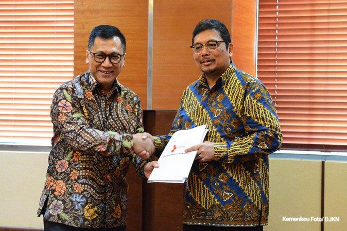 Sekretaris Jenderal (Setjen) Hadiyanto menerima polis asuransi BMN. (Sumber: Kemenkeu)