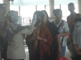 Petugas medis menempelkan scanner pengukur suhu ke dahi setiap penumpang Fery Batam Jet yang baru tiba di Pelabuhan Fery Internasional Bengkalis, Riau, Selasa (28/1/2020). Foto: Suryakepri.com/Eddy Mesakh